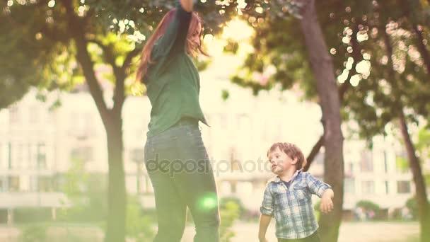 Boldog lány szórakozás szabadtéri fiú