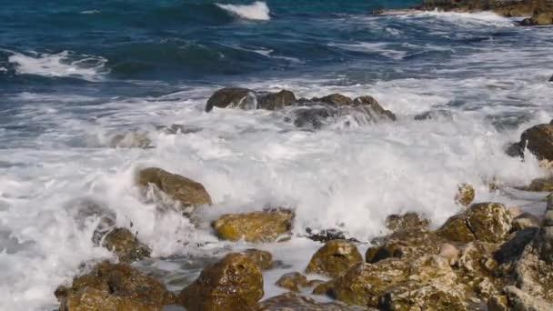 Hullámok összeomlik a köves strand