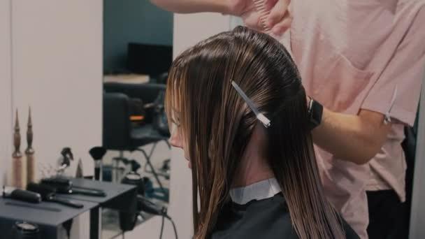 Barber zastřihne vlasy v holičství. 4 k. zblízka