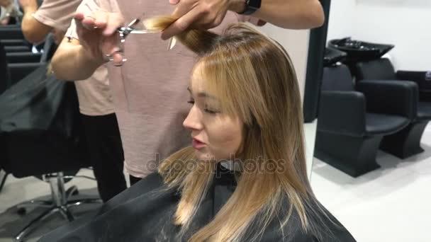 Junge Frau Haare Schneiden Beim Friseur Isoliert Auf Weissem Hintergrund Friseur Schneidet Die Haare An Ein Junges Madchen Mit Einem Professionellen Schere