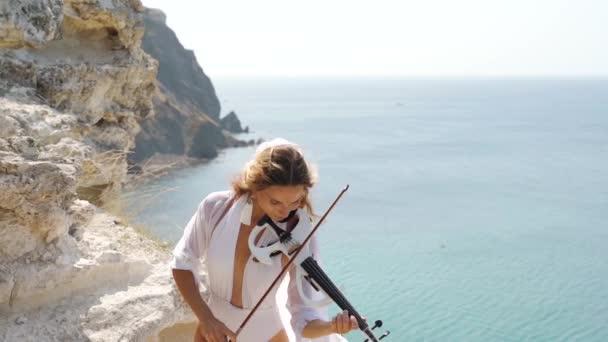 Fiatal felnőtt hegedűs lány játszik szép és klasszikus zenét hegedűn