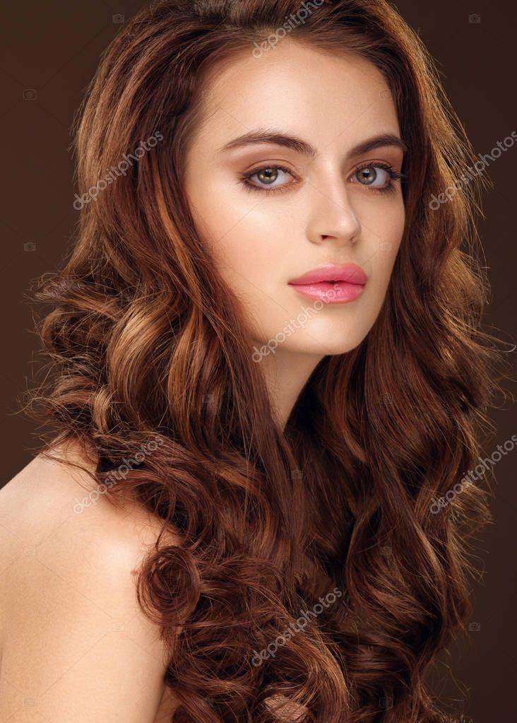 dlouhé vlnité vlasy