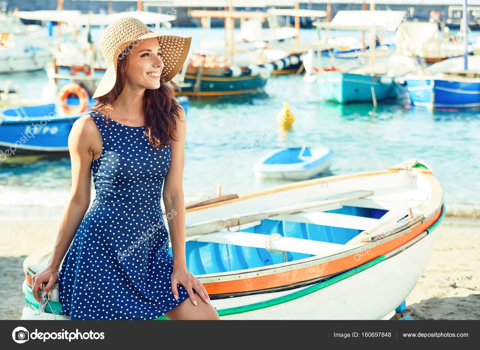 Mulher bonita em chap u de palha sentado no barco na praia summe stock photo bellastudio - Agora piscina latina ...