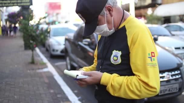 Apucarana / Parana / Brazil - 09. května 2020 - Dopravní prostředek s ochrannou maskou upozorňuje vůz, který překročil povolenou parkovací dobu.