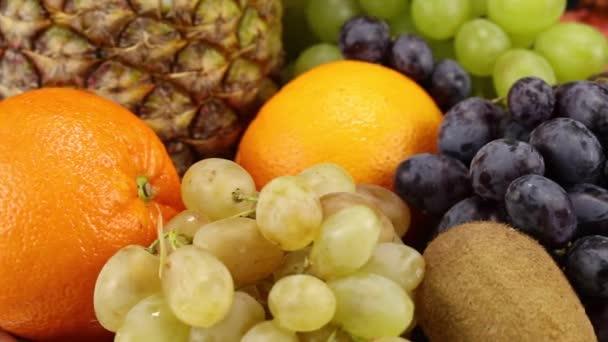 Mnoho různých druhů ovoce leží na stříbrném podnosu, detailní záběr