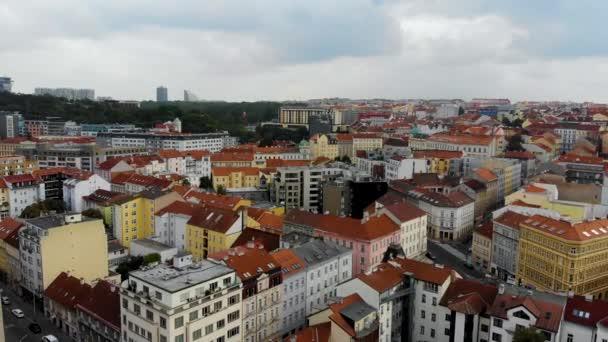 Letecký let nad střechami v centru Prahy, Česká republika. Pořízeno dronem