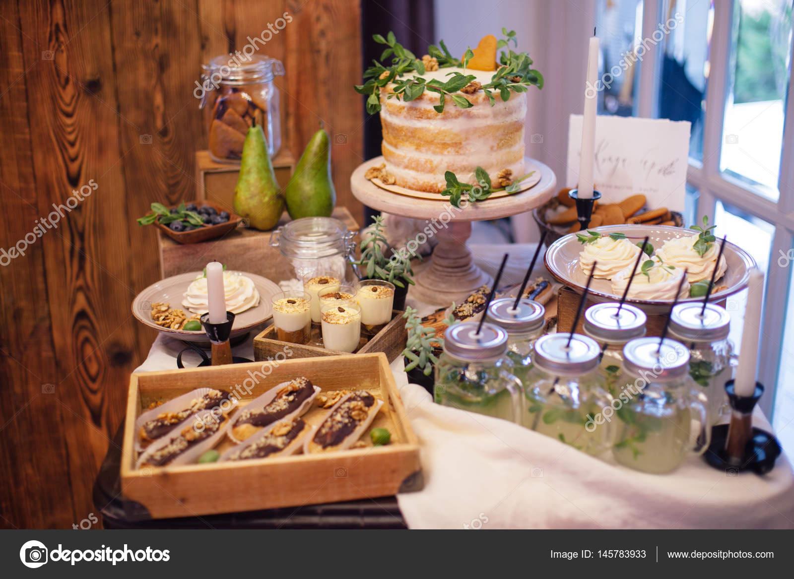 Susse Bar Mit Eclairs Limonade Sussigkeiten Und Kuchen Dekorieren
