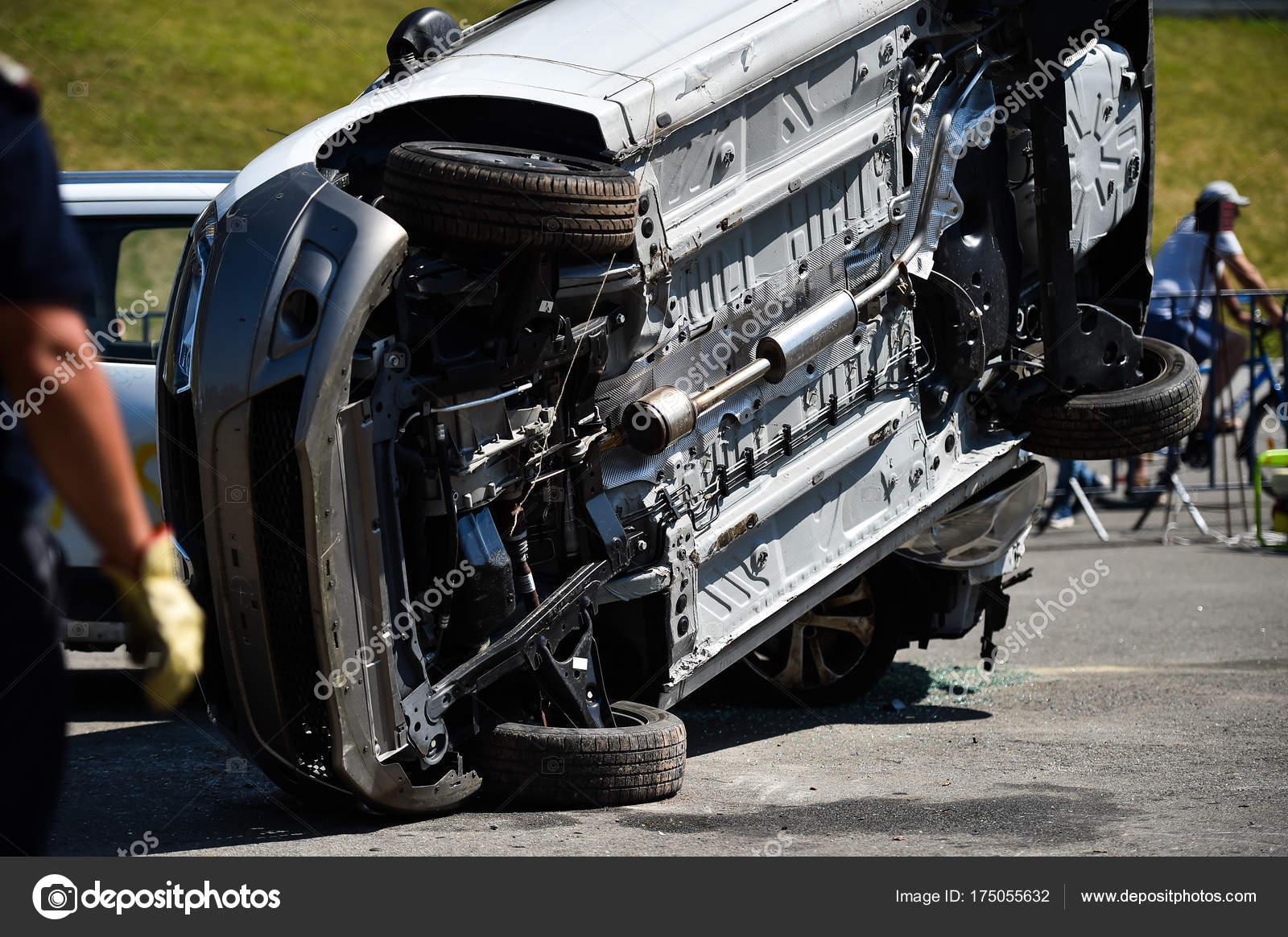 Szene von einem Autounfall und Rettungsdienst — Stockfoto © roibu ...