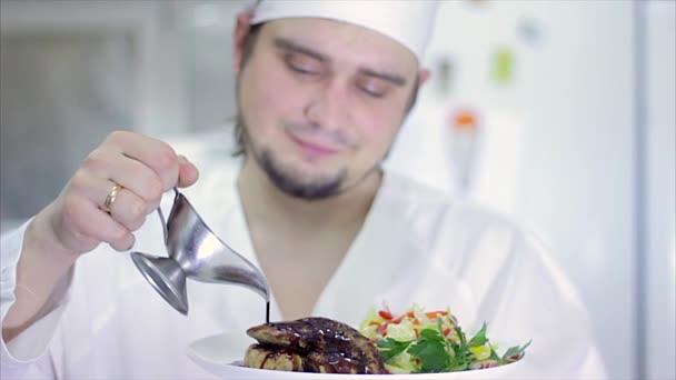 Lahodné gurmánské jídlo je dána dotváří šéfkuchařem v restauraci nebo hotelu kuchyně, připravené pro službu zákazníkovi. Zpomalený pohyb