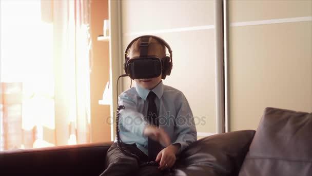 Kleiner Junge Verwendung virtueller Realität Kopfhörer Helm, He sehr beeindruckt