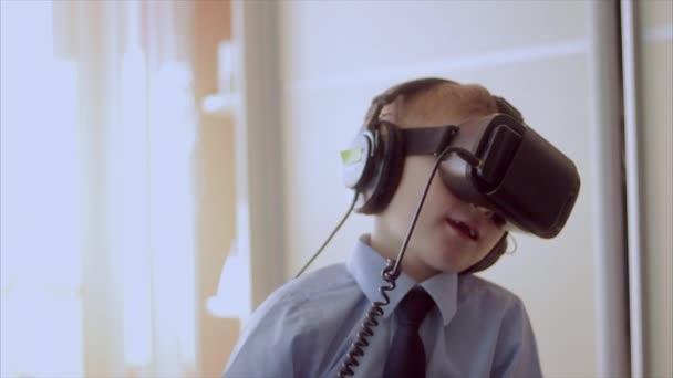 kleiner Junge benutzt Virtual-Reality-Headset-Helm, er ist sehr beeindruckt