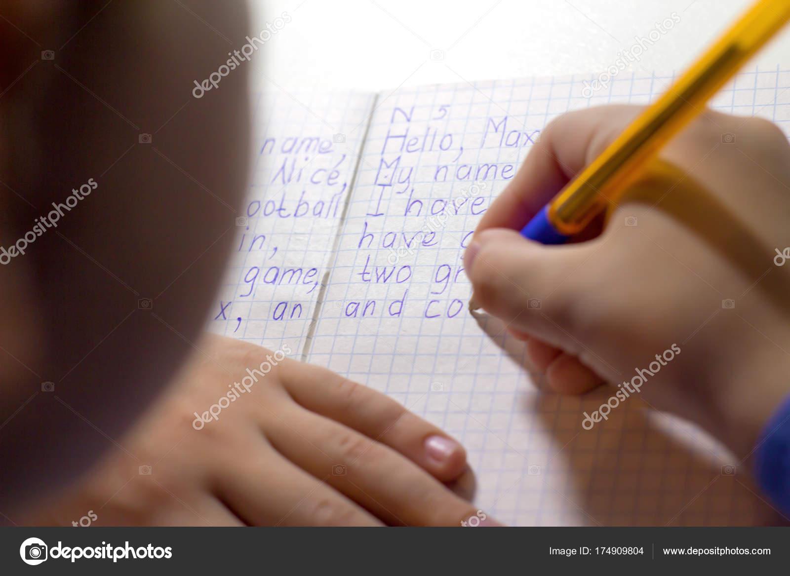Nahaufnahme Des Jungen Hand Mit Bleistift Schreiben Englische Wörter