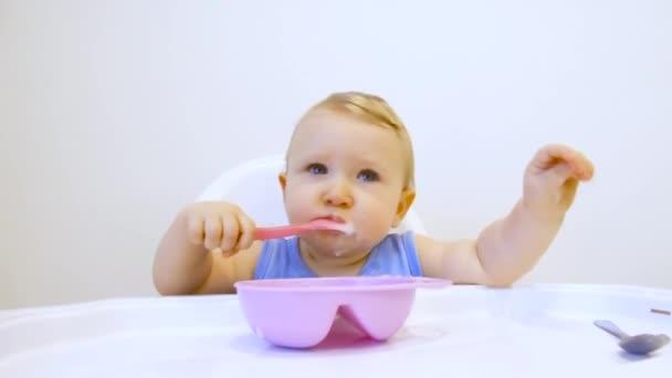 Dítě poprvé v životě jí ovesnou kaši. Dítě jí poprvé na vlastní pěst
