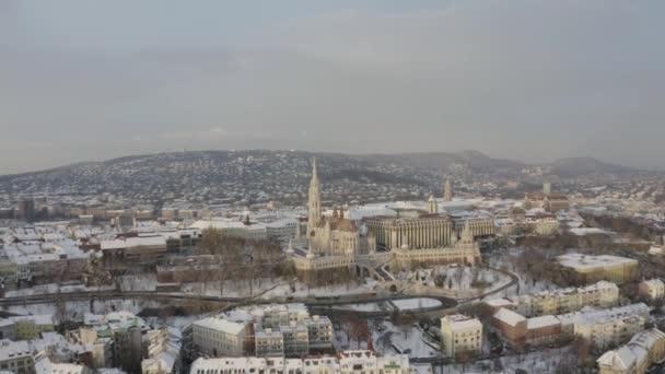 erial winter cityscape videó Budapepstről. Magában foglalta a Fishermans bástyát, a budai várat, a Lánchídot, a Mátyás templomot és a danube folyót. Budapest, Magyarország, Európa.