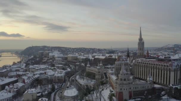 Sériové zimní video o Budapepstu. Zahrnuje rybáři baštu, buda hrad, Řetězový most, Matyášův kostel a řeku Dunaj. Budapešť, Maďarsko, Evropa.