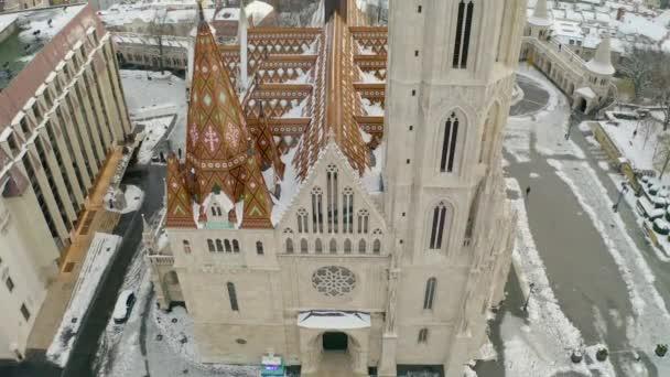 Légi téli városkép videó Budapepstről. Magában foglalta a Fishermans bástyát, a budai várat, a Lánchídot, a Mátyás templomot és a danube folyót. Európa, Magyarország, Budapest