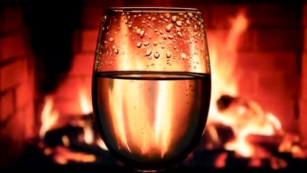 Weißwein im Kelchglas auf Kaminhintergrund, wunderschönes Archivmaterial für Weinwerbung