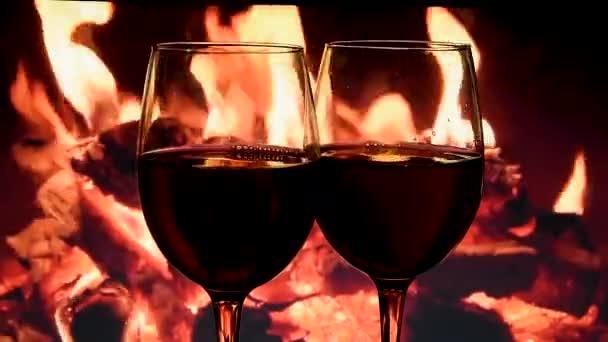 Zeitlupe des Gießens von Weißwein aus der Flasche in den Kelch auf Kamin Hintergrund, Schöne Stock Footage für Wein Werbung, Tropfen