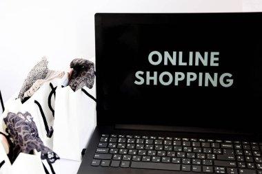 Çevrimiçi Alışveriş Siparişi Dükkanına Ekle Satış Online alışveriş konsepti, alışveriş torbaları ve beyaz izole bir arka planda açık bir laptop