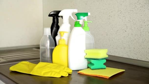 Eine Frauenhand wählt ein Reinigungsmittel für das Haus.