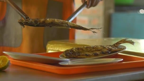 Osoba servíruje tři misky ryb Pacu (Serrasalmus), spolu s citrónem doručit zákazníkům