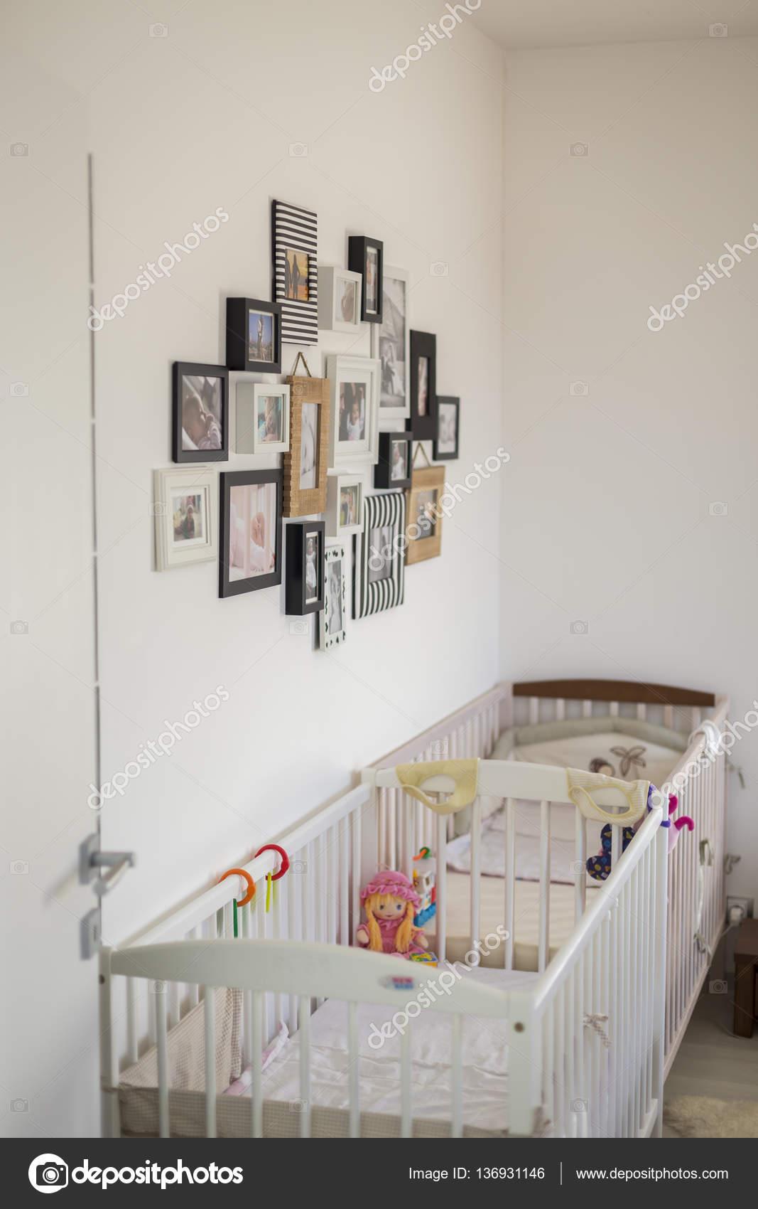 Schlafzimmer Mit Fotos In Verschiedenen Bilderrahmen Stockfoto