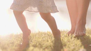 nő, és a kis baba lány lába