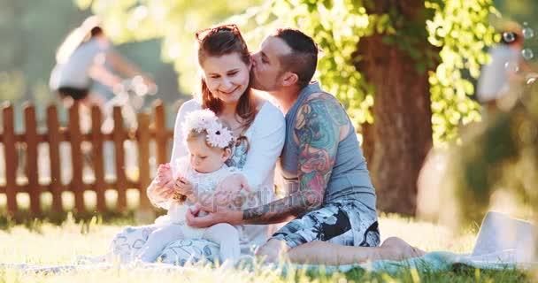 schöne junge Familie im Freien