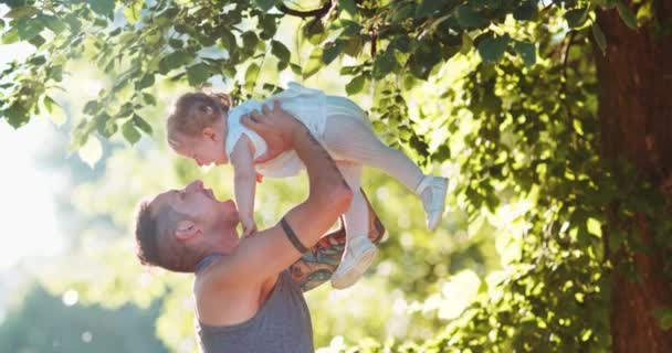 Vater spielt mit kleinem Mädchen