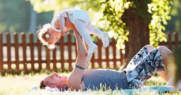 Vater mit Mädchen spielen
