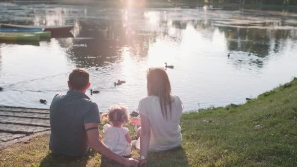junge Familie in der Nähe von See