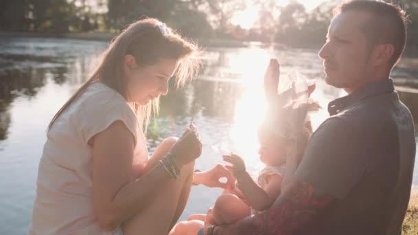 fiatal család-tónál