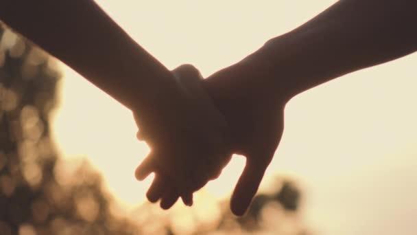 Pár kéz a kézben