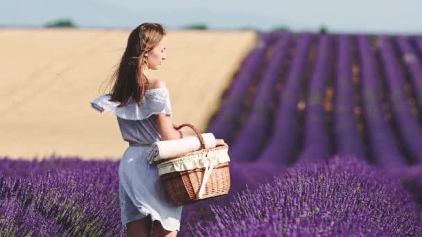 žena s košíkem na levandulové pole