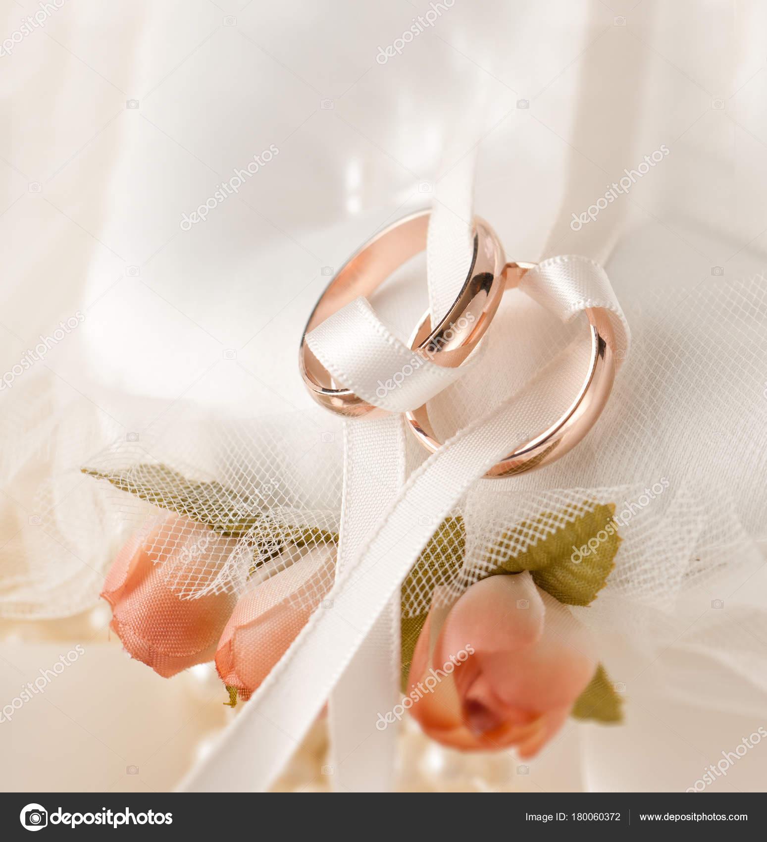 Zwei Goldene Ringe Hochzeit Und Hochzeit Einladung Stockfoto