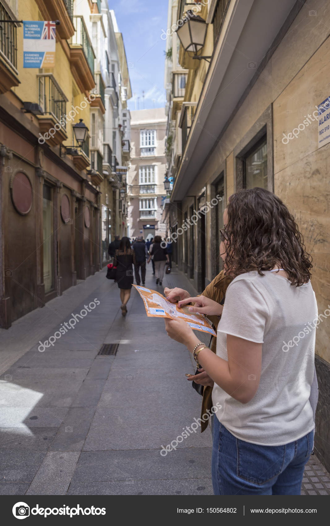 Karte Andalusien Cadiz.Verlorene Touristen Schauen Sie Sich Die Karte Der Stadt In Den