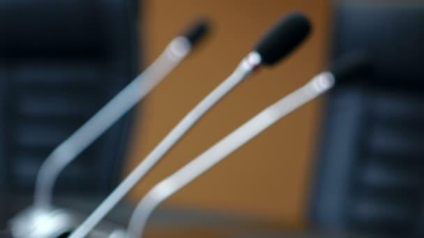Fotografie Dolly-Schuss von Mikrofonen in moderner Konferenzraum