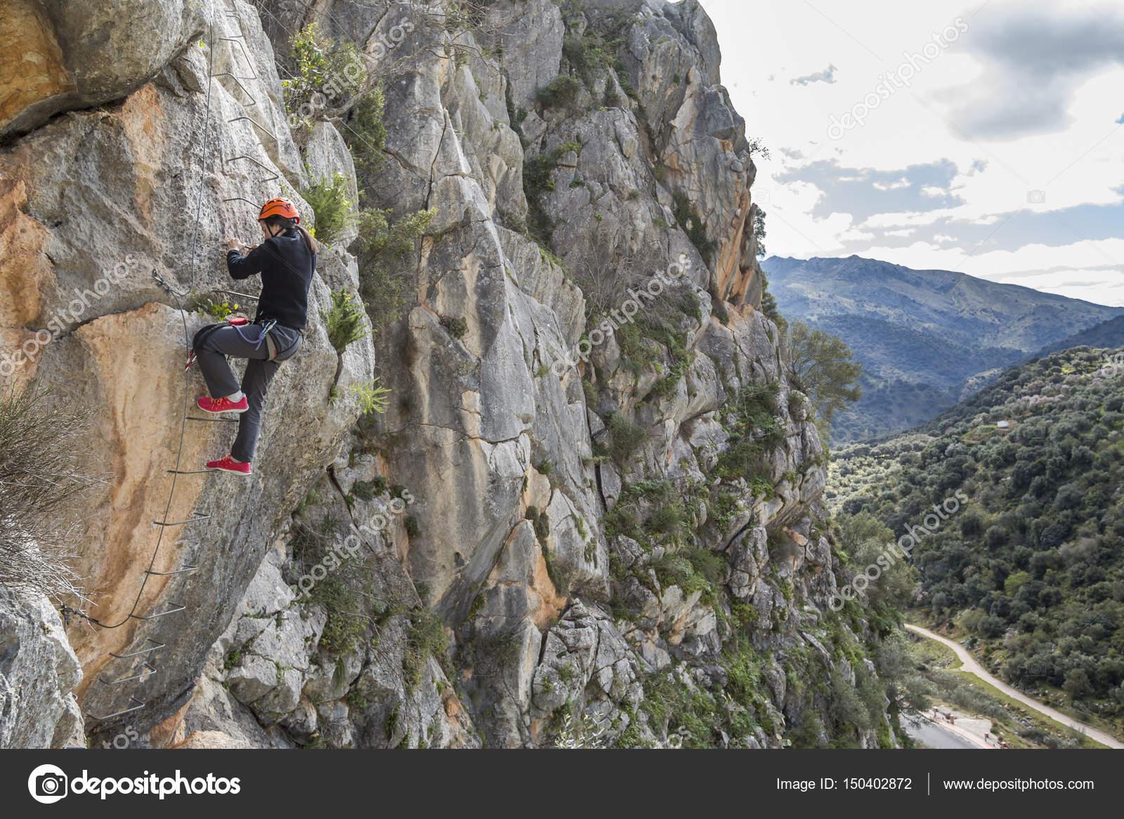 Klettersteig Usa : Frau klettern ein klettersteig u2014 stockfoto © aitormmfoto #150402872