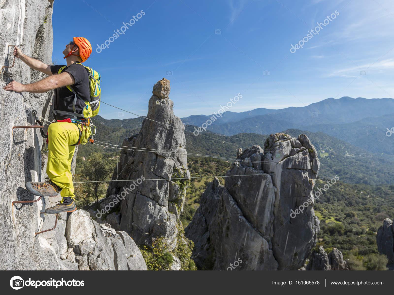 Klettersteig Outfit : Mann klettern ein klettersteig u stockfoto aitormmfoto