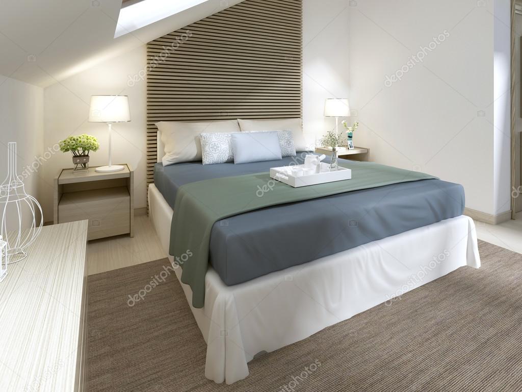 Nowoczesna sypialnia z dużym łóżkiem i turkus koc — Zdjęcie stockowe © kuprin33 #128166304