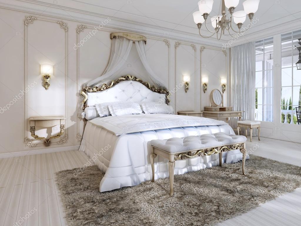 Camera da letto lussuosa nei colori bianco in stile classico — Foto ...