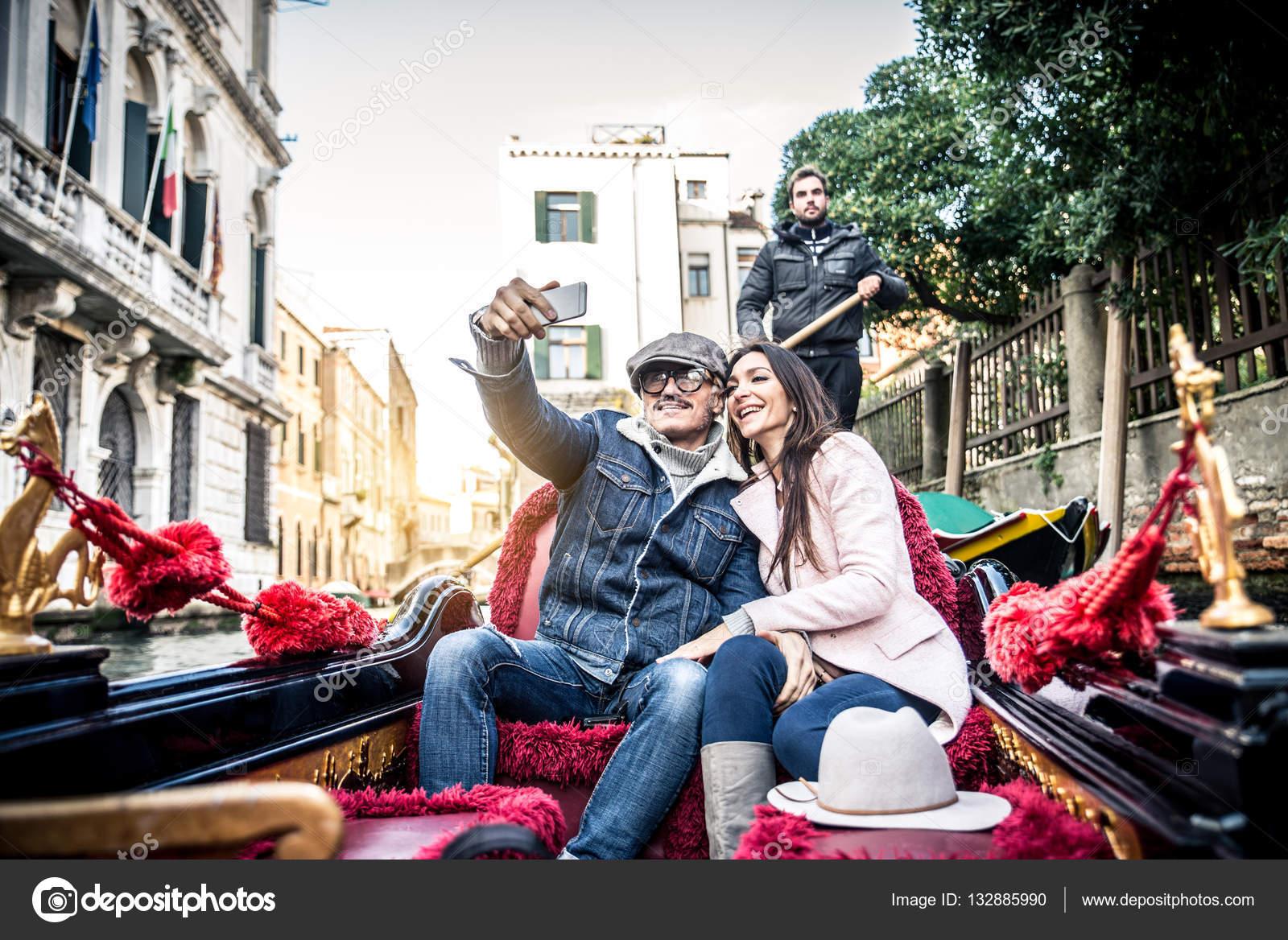 Connu d'amoureux en gondole vénitienne — Photo #132885990 GK39
