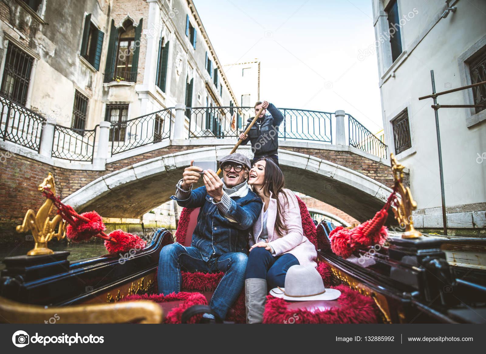 Connu d'amoureux en gondole vénitienne — Photo #132885992 GK39