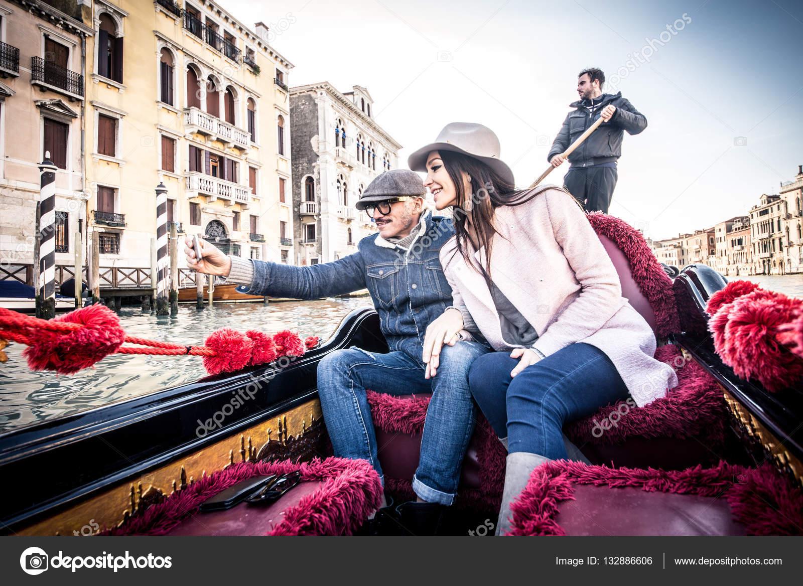 Connu d'amoureux en gondole vénitienne — Photo #132886606 GK39