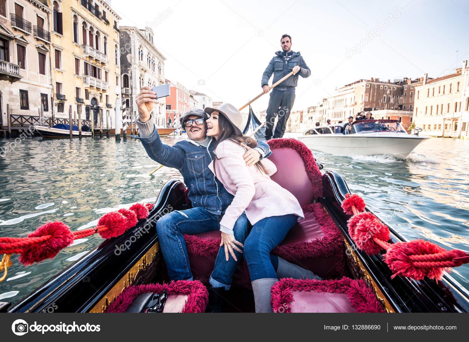 Bien connu d'amoureux en gondole vénitienne — Photo #132886690 WX17