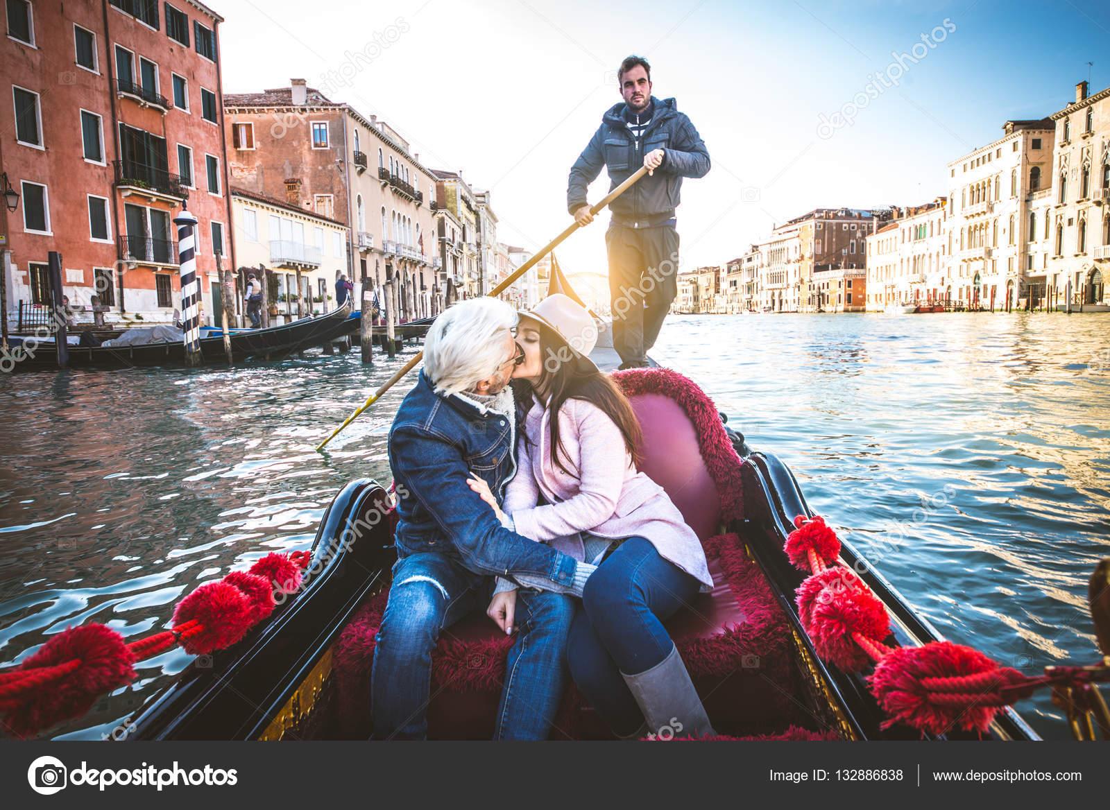 Bien connu d'amoureux en gondole vénitienne — Photo #132886838 WX17