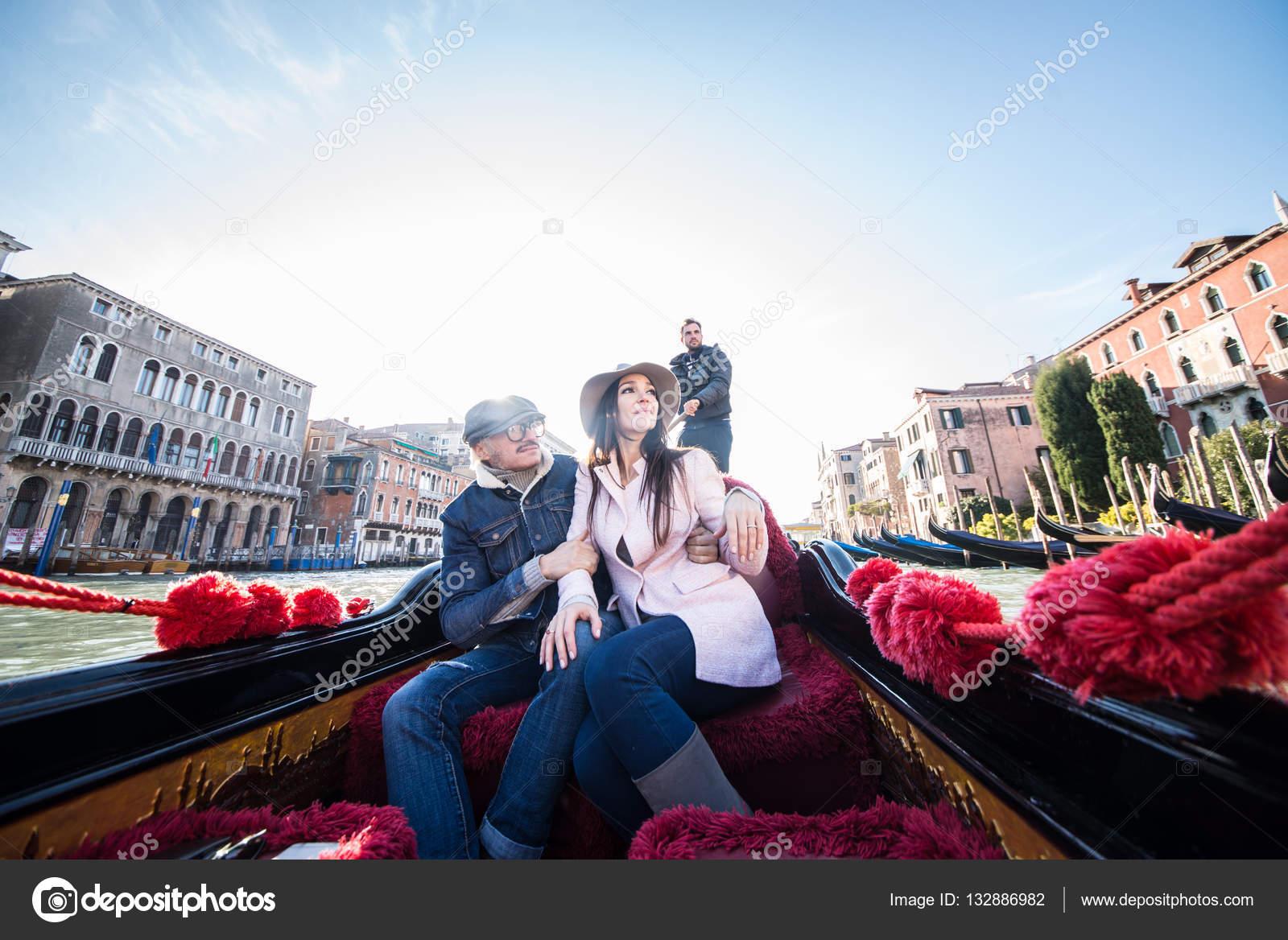 Bien connu d'amoureux en gondole vénitienne — Photo #132886982 WX17