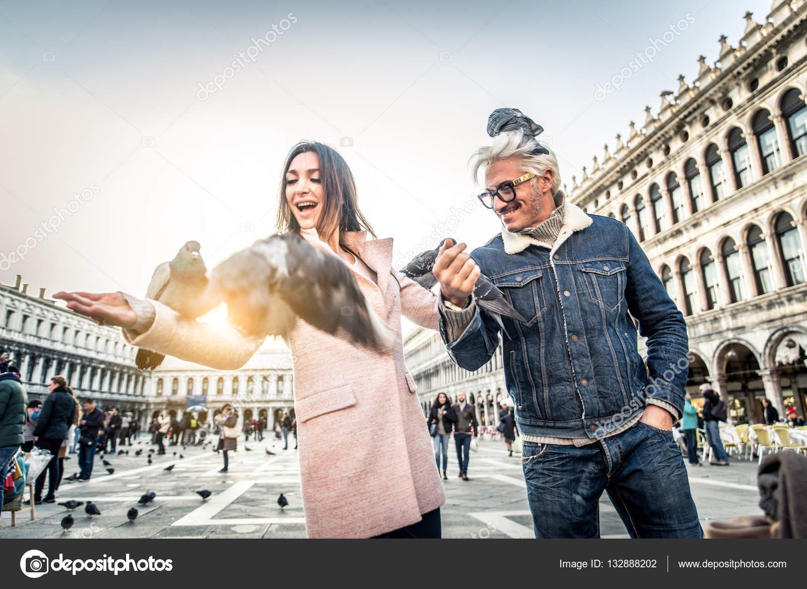 Pareja visitando la Plaza de San Marcos, Venecia — Foto de stock ...