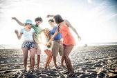 přátel, párty na pláži