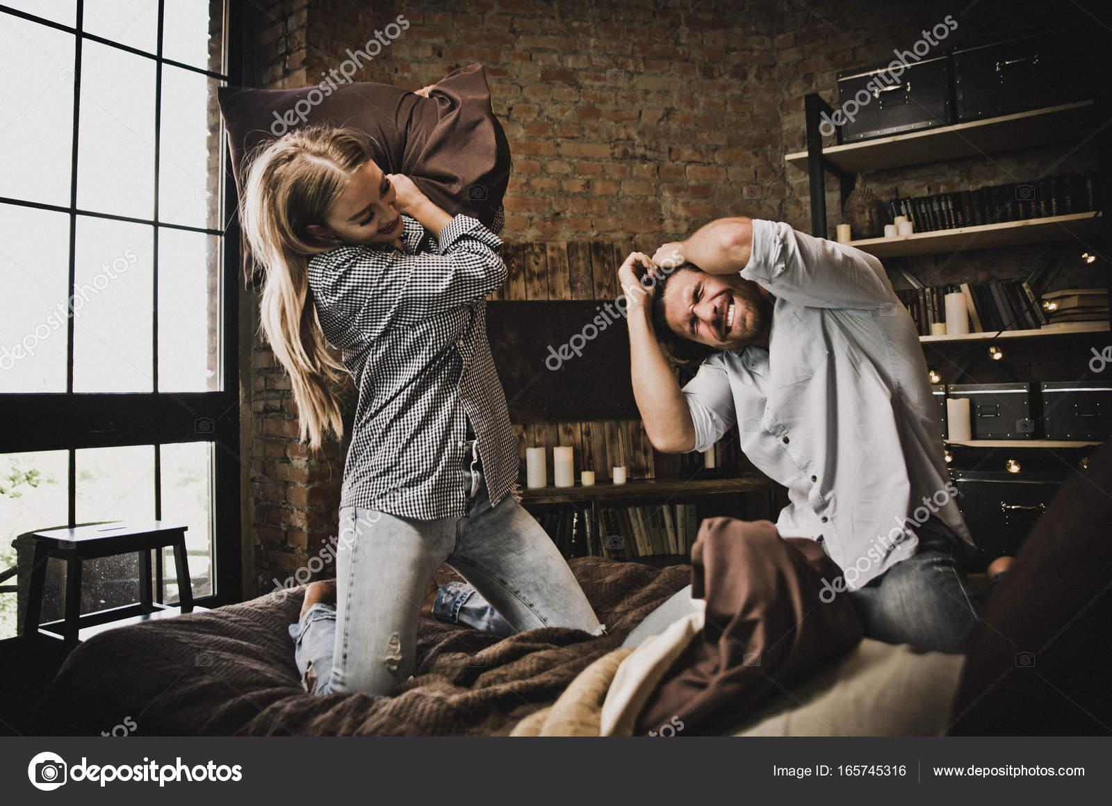 Paar Momente im Schlafzimmer. Häusliches Leben zu Hause — Stockfoto ...